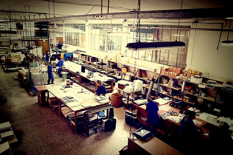 interno laboratorio artigianale album fotografici TiCi